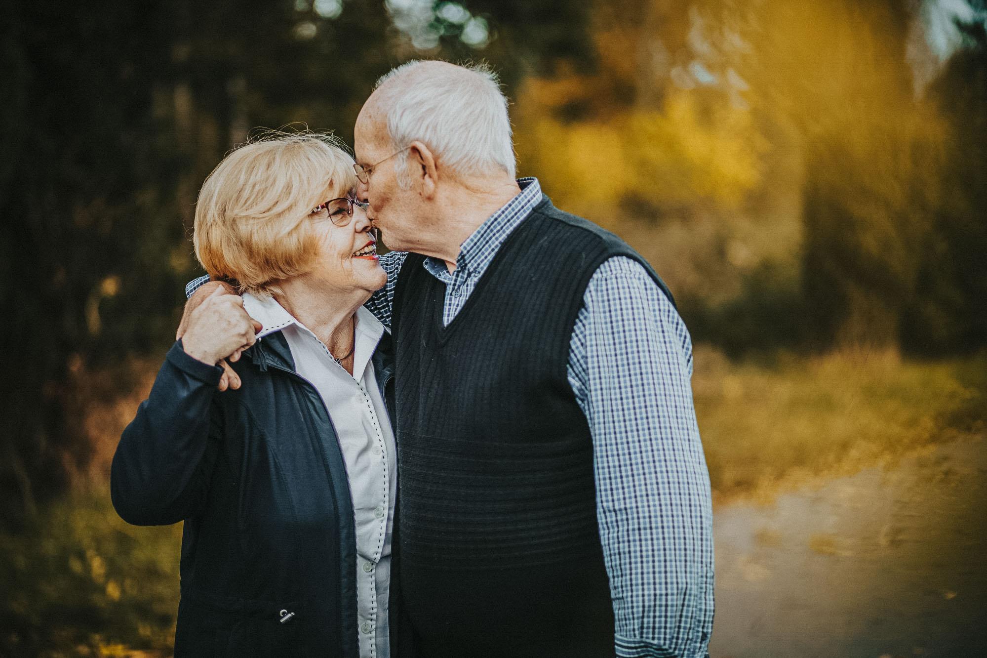 Opa küsst Oma auf die Stirn beim Verlobungsshooting in Bonn