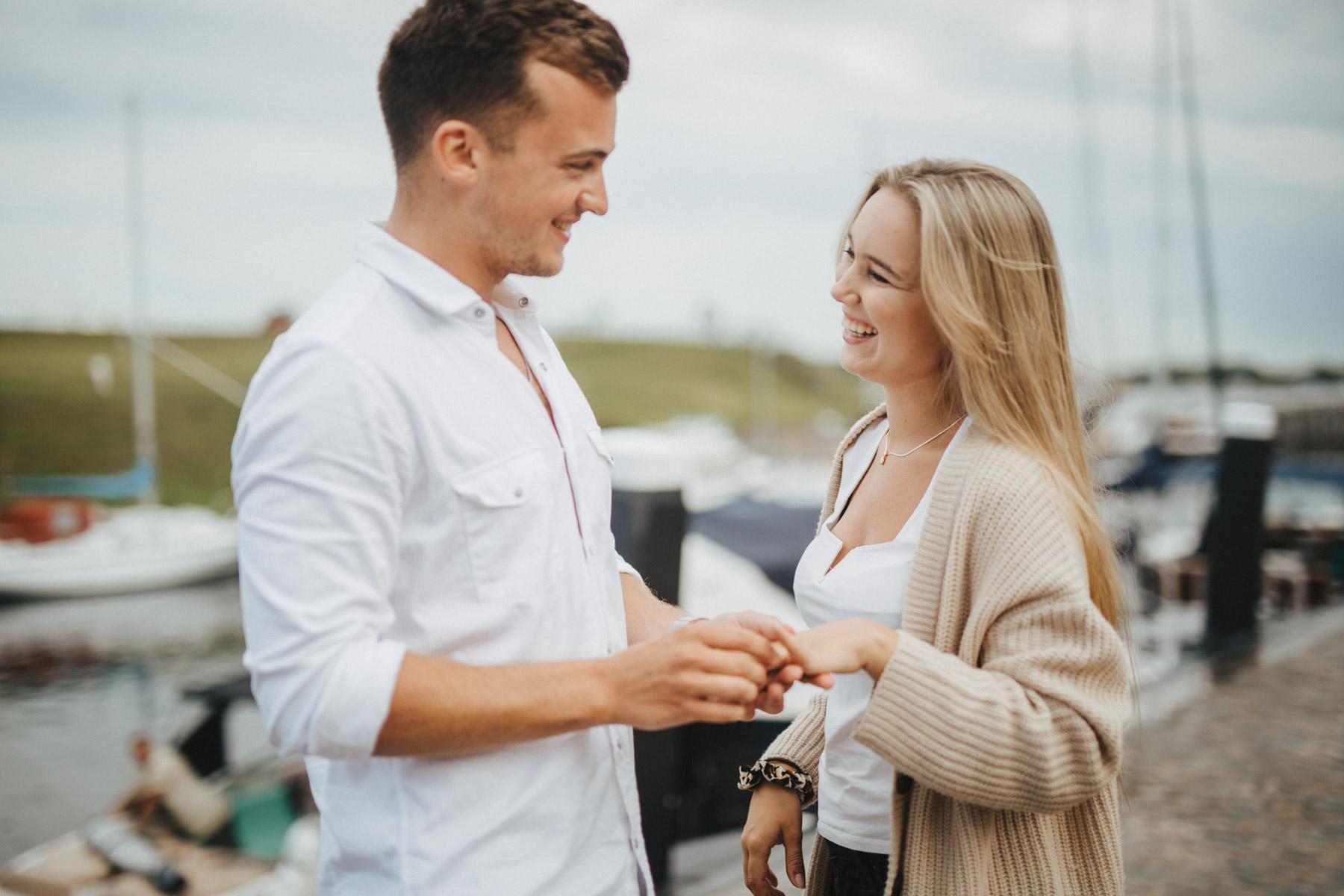 verliebt beim Heiratsantrag am Strand